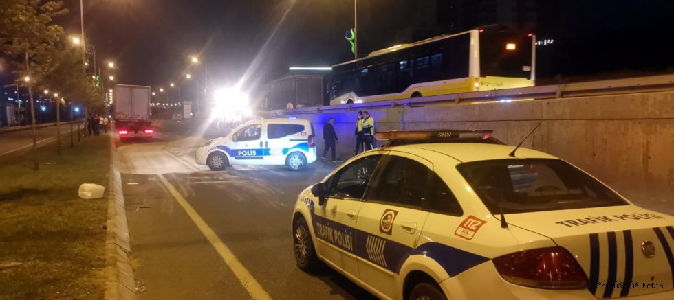 Kocaeli'de park halindeki kamyonete çarpan otomobilin sürücüsü öldü
