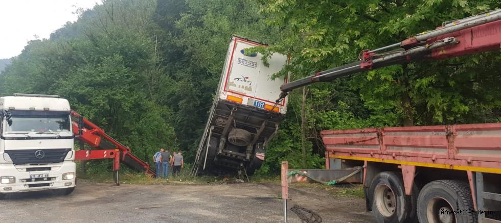 TIR'ın sürücüsü yaralandı.